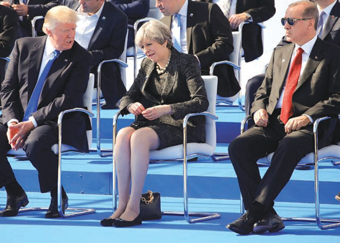 DÜNYA LİDERLERİ NATO ZİRVESİ'NDE BİR ARAYA GELDİ